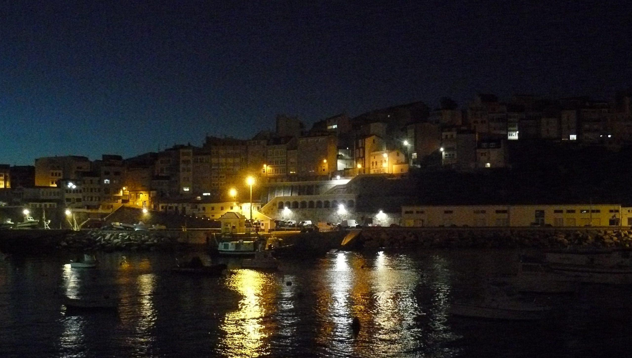 Haven van Malpica bij avond